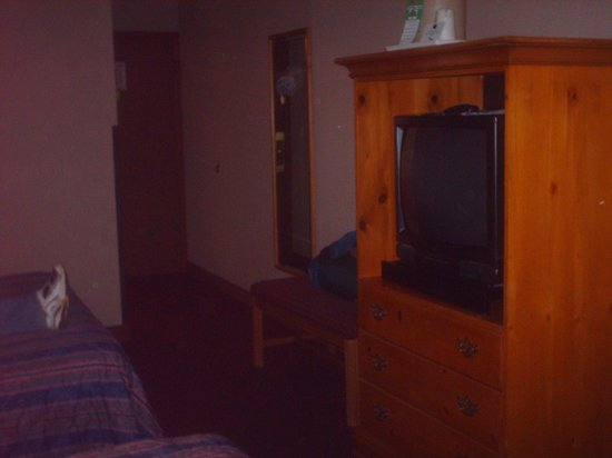 Quality Inn: Nice TV and hutch