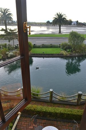 Grand Mercure Nelson Monaco Apartments: View from the room, overlooking garden and low tide in the Tasman Bay