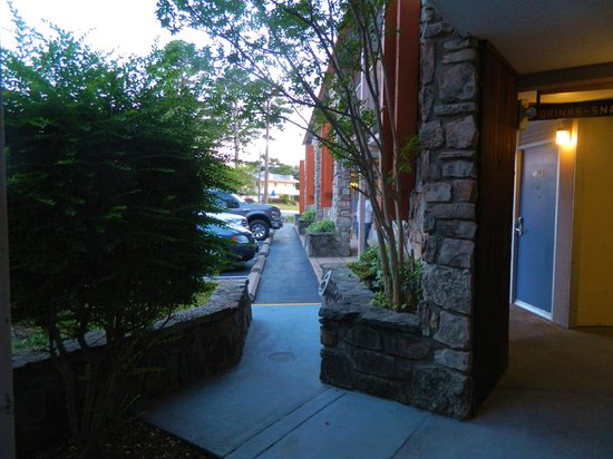 Econo Lodge: Breezeway