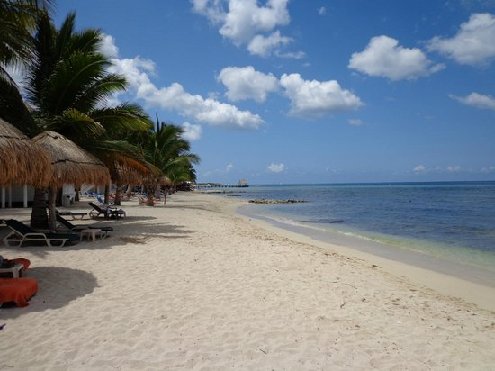 Sunscape Sabor Cozumel: looking south down the beach