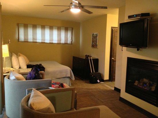 ذا إن آت إيست بيتش: fireplace