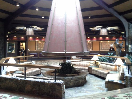 Lodge of  Four Seasons: Lobby and reception desk of the hotel