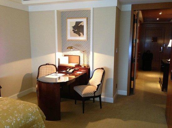 The Ritz-Carlton, Tokyo: Desk