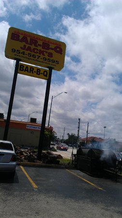 Jack's Bar-B-Q Smokehouse: Smoke on the parking lot