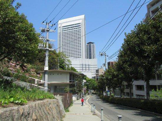 ANA Crowne Plaza Kobe: 異人館近くからホテルを眺める