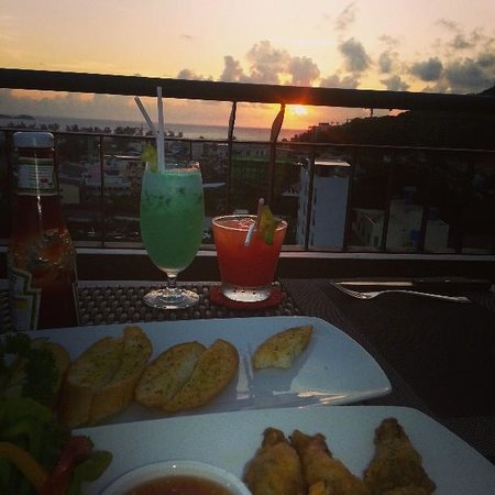 Casa Del M, Patong Beach: Sunset dinner on level 5