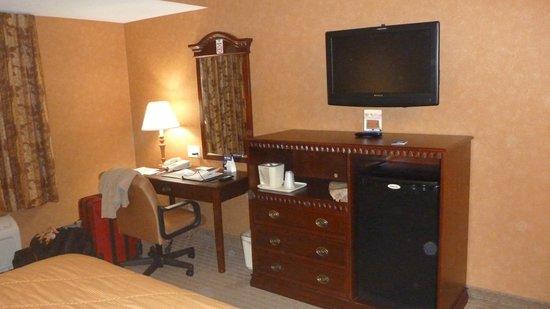 Comfort Inn Cheektowaga: desk and tv with fridge