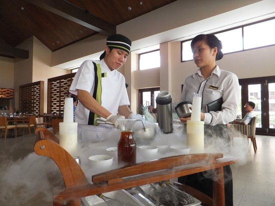 Pullman Danang Beach Resort: Making of Liquid Nitrogen Ice Cream
