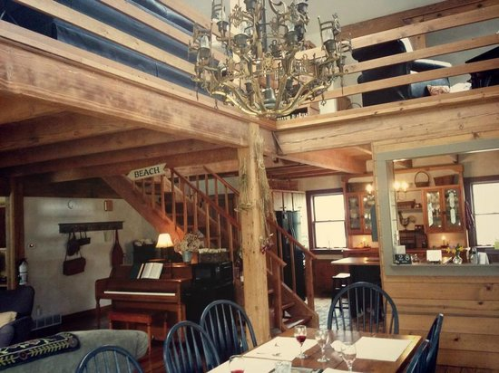 Cottonwood Inn: Dining Room/Kitchen/Stairway