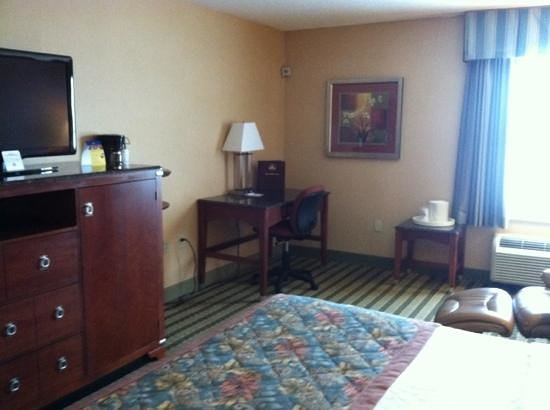 BEST WESTERN PLUS Inn at Valley View : desk and chair besides thr leather recliner