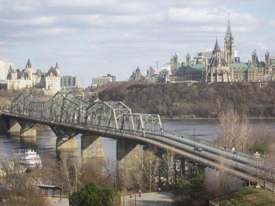 BEST WESTERN PLUS Gatineau-Ottawa: Vue de la chambre d'hôtel vers Ottawa: le pont Alexandra, le Château Laurier (à gauche) et le Pa