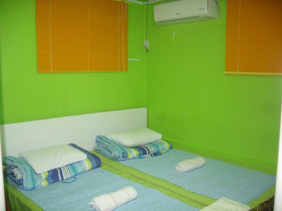 Big Choi's Guesthouse: Bright colored room