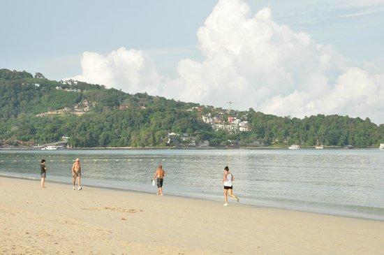 La Flora Resort Patong: 出てすぐ