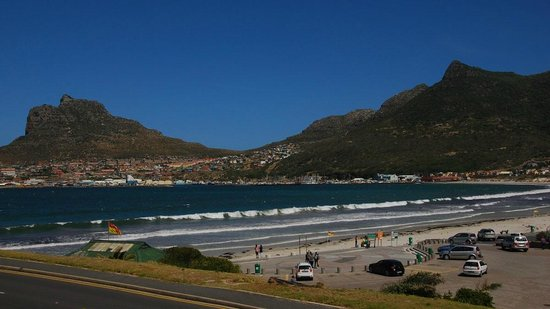 Chapmans Peak Beach Hotel: Beach and Parking area of Hout Bay