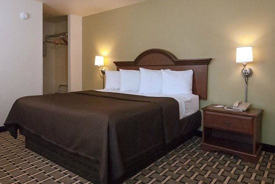 Econo Lodge Cherokee: King Room