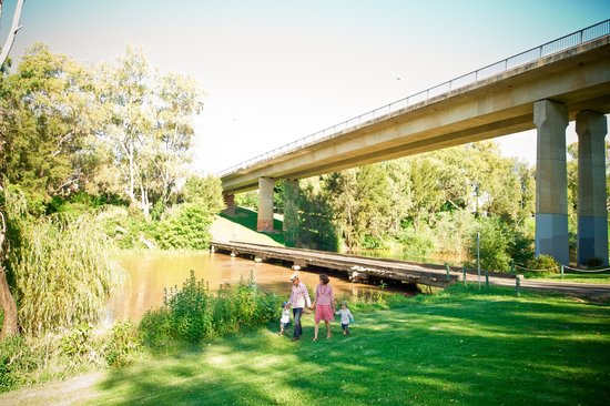 Cowra Visitor Information Centre: low level bridge over the Lachlan River