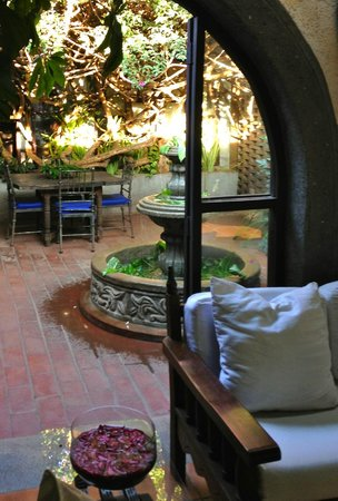 Hotel Casa Naranja: Central courtyard from lobby