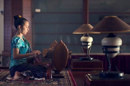 Himawari Hotel Apartments: Traditional Musician in Eco Lobby of ours
