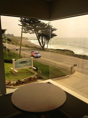 Cambria Landing Inn & Suites: Corner view from our room.