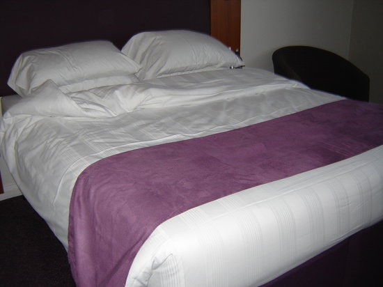 Premier Inn Southsea Hotel: The bed was so comfy in the hotel.