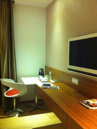 Ipoh French Hotel: TV and desk