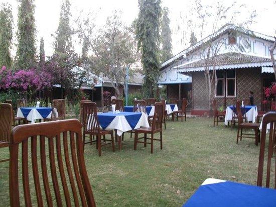 Ruby True Hotel : 屋外の朝食会場、清々しい。