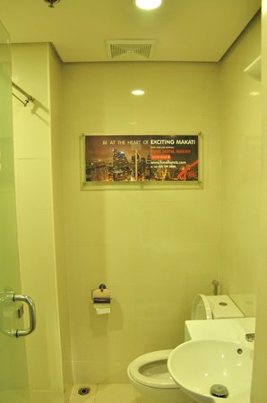 Red Planet Mabini: clean bathroom