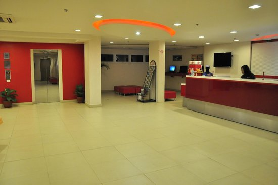 Red Planet Mabini: lobby