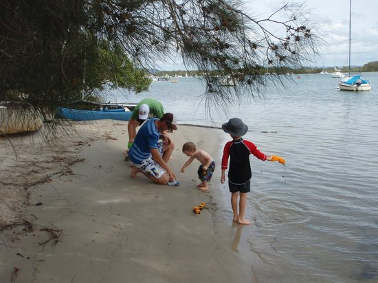 Sunset Cove Noosa Resort: Down the footpath to the river