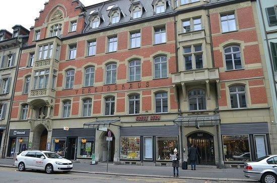 Hotel Kreuz Bern: Hotel as seen from across the street