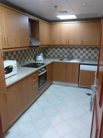 Legacy Hotel Apartments: Kitchen