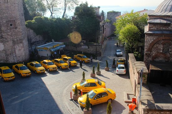 Eternity Boutique Hotel: Room view on taxi place near Topkapi park wall