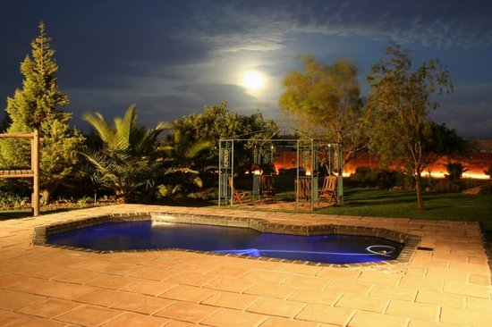 Deo Gratia Guesthouse Durbanville: Pool at full moon