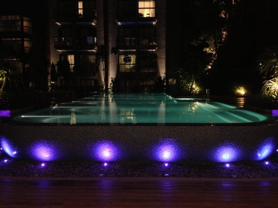 Holiday Inn Express Phuket Patong Beach Central: verlicht zwembad