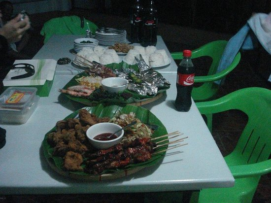 R&R Resort Spa: Food platters we ordered for late dinner via cabana-service