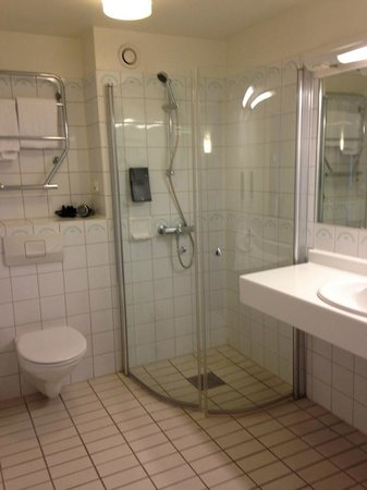Clarion Collection Hotel Tollboden: Bad: Funktional, gross, keine Extras