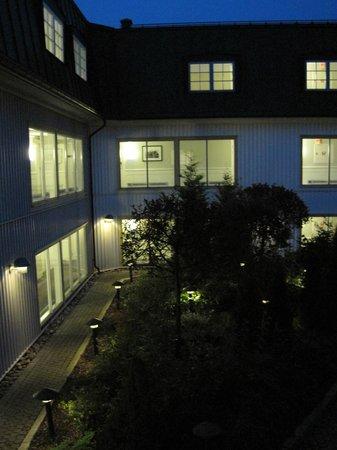 Clarion Collection Hotel Tollboden: Innenhof nachts