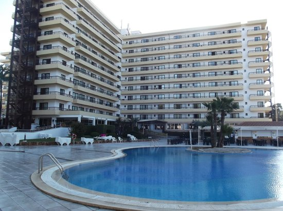 BQ Belvedere Hotel: Front view of hotel and pool area.