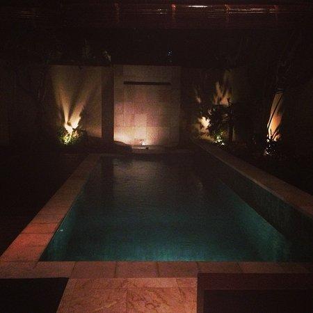 RC Villas & Spa: lovely pool at night
