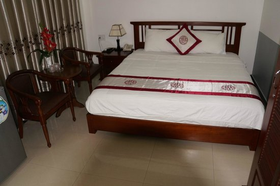 Hanh Dat Hotel Hue: Großes Bett, saubere Zimmer