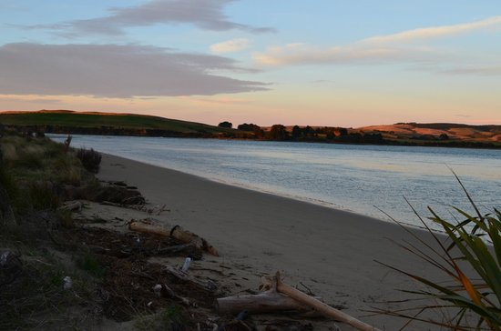 Catlins Newhaven Holiday Park: Sunrise at the beautiful beach only 3 min's walk from the cabins