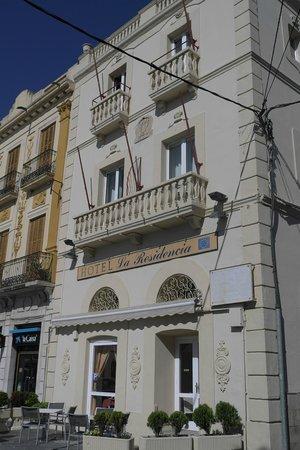 Hotel La Residencia : La Residencia vom Platz her gesehen.