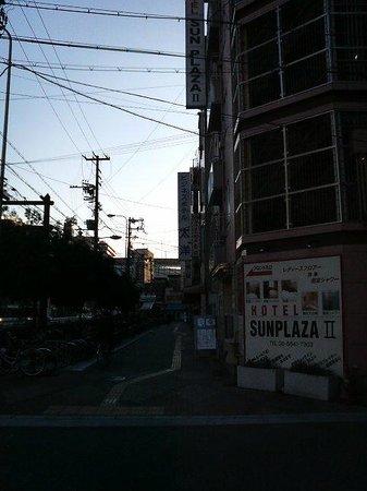Hotel  Sun Plaza Two: 大通り沿いにホテルの入口があります。