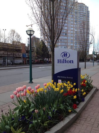 Hilton Vancouver Metrotown: The front entrance