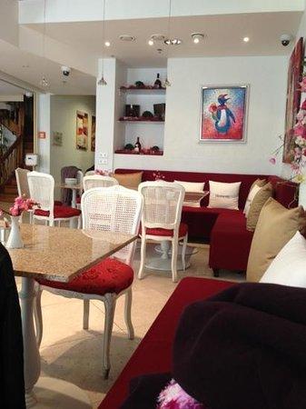 Cafe Mademoiselle: Добавить подпись