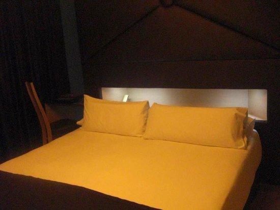 Axel Hotel Barcelona & Urban Spa: двуспальная кровать с полкой