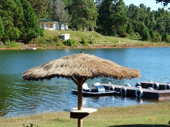 Mantasoa Lodge : vue sur le lac et le pédalo...