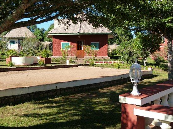 Mantasoa Lodge : le terrain de boules et le bungalow n° 1