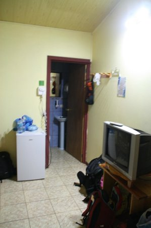Cabinas El Pueblo Bed & Breakfast: Værelset har eget bad, køleskab og tv