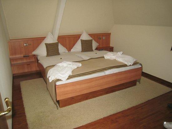 Hotel Merkur: Room 315 Bedroom